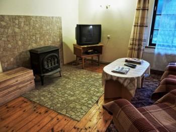 Dzīvojamā istaba ar TV un kamīnu